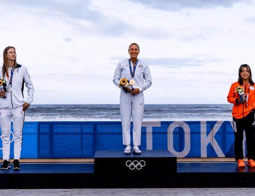 Olympische Surfer schreiben in Japan Geschichte